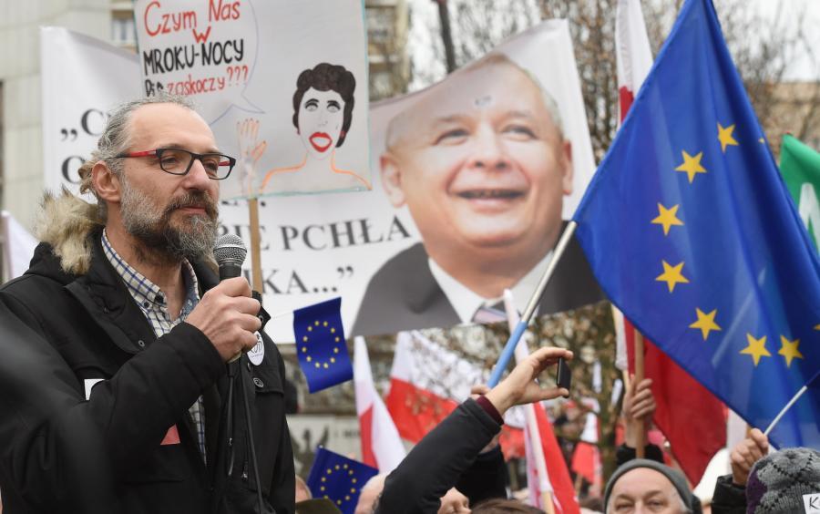 Mateusz Kijowski na manifestacji KOD