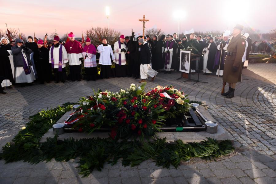 Ceremonia pogrzebowa zmarłego ojca Jana Góry na Polach Lednickich