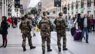 Francuscy żołnierze patrolujący dworzec Saint Lazare w Paryżu
