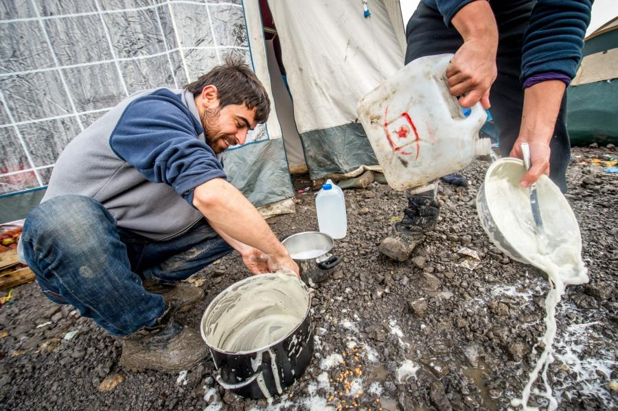 Zmywanie naczyń w obozie w Grande-Synthe pod Dunkierką
