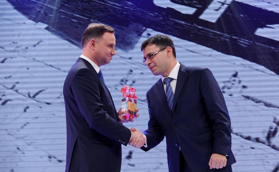 Prezydent Andrzej Duda odbiera z rąk redaktora naczelnego \