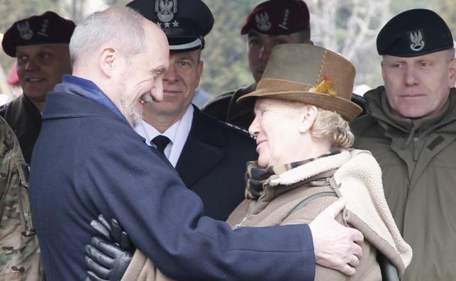 Minister obrony narodowej Antoni Macierewicz i córka jednego z cichociemnych, Marta Święcicka