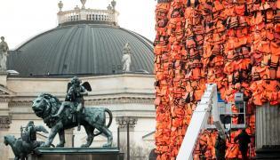 Instalacja z tysięcy kamizelek ratunkowych na kolumnach berlińskiego Konzerthaus