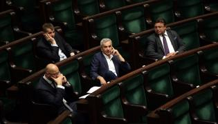 Andrzej Biernat (w środku) na sali sejmowej