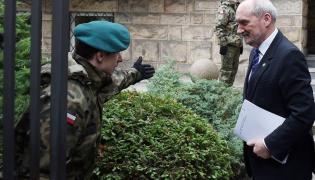 Antoni Macierewicz w drodze na posiedzenie podkomisji smoleńskiej