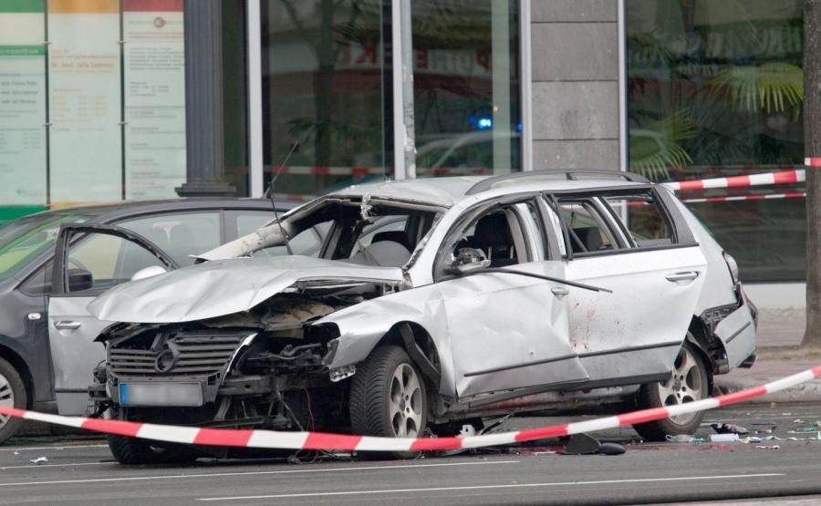 Zniszczony samochód po eksplozji