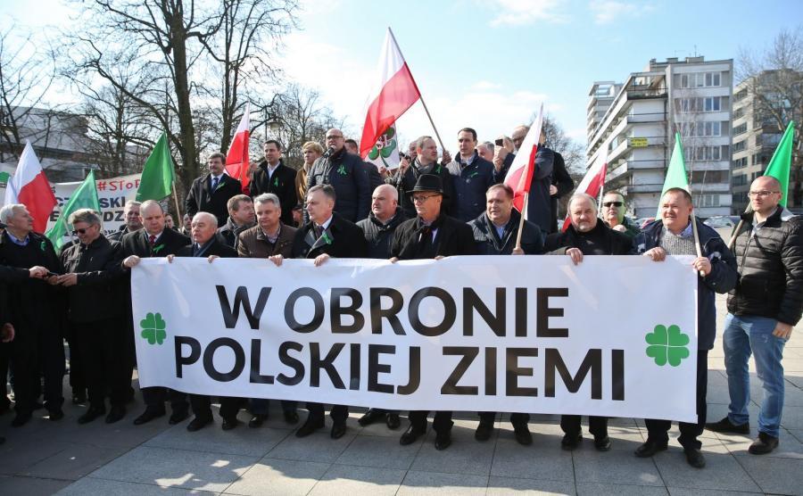 """""""W obronie polskiej ziemi"""". Manifestacja rolników i PSL pod pomnikiem Wincentego Witosa w Warszawie"""