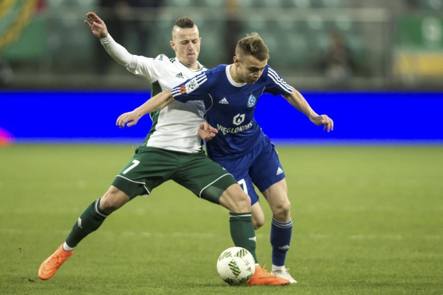 Zawodnik Śląska Wrocław Robert Pich (L) walczy o piłkę z Kamilem Mazkiem (P) z Ruchu Chorzów