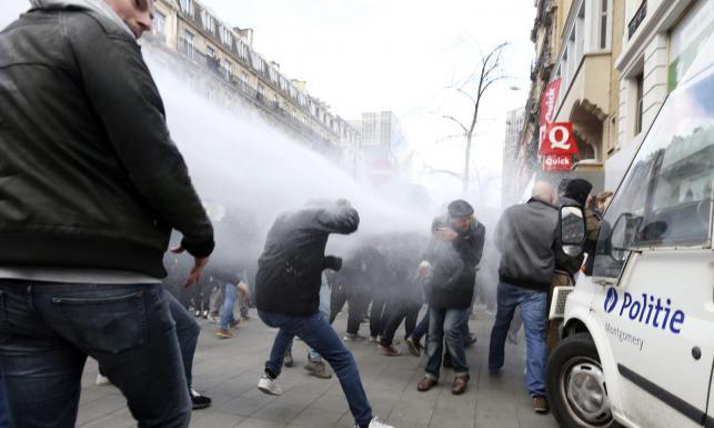 Bitwa z policją w centrum Brukseli. Armatki wodne i hitlerowskie pozdrowienia [ZDJĘCIA]