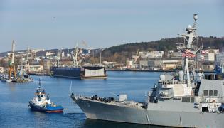 Okręt wpływa do portu