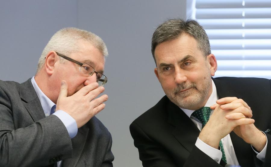 Przewodniczący KRRiT Jan Dworak (L) oraz zastępca przewodniczącego KRRiT Witold Graboś (P)