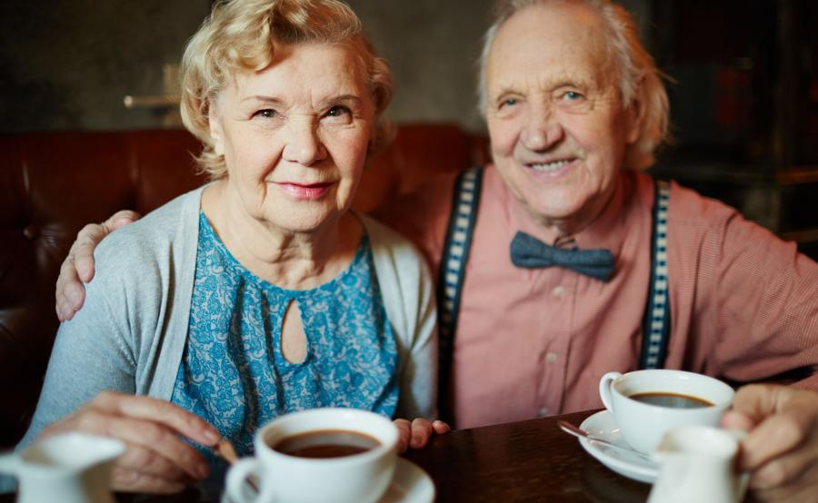 Para seniorów pije kawę