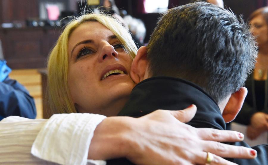 Aneta Kowalska z synem Gabrielem po ogłoszeniu postanowienia sądu