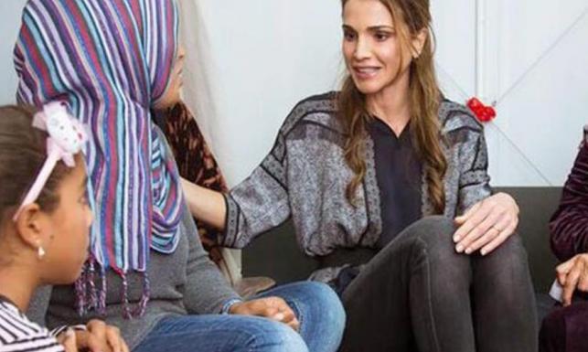 Perfekcyjne dopasowanie stroju do sytuacji: królowa Rania w obozie dla uchodźców
