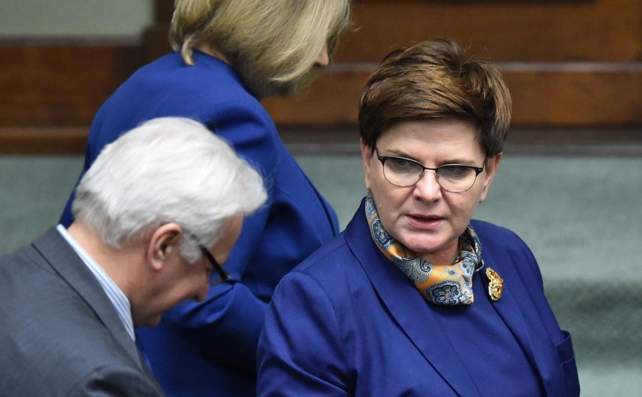 Premier Beata Szydło (P) oraz minister spraw zagranicznych Witold Waszczykowski (L) podczas posiedzenia Sejmu