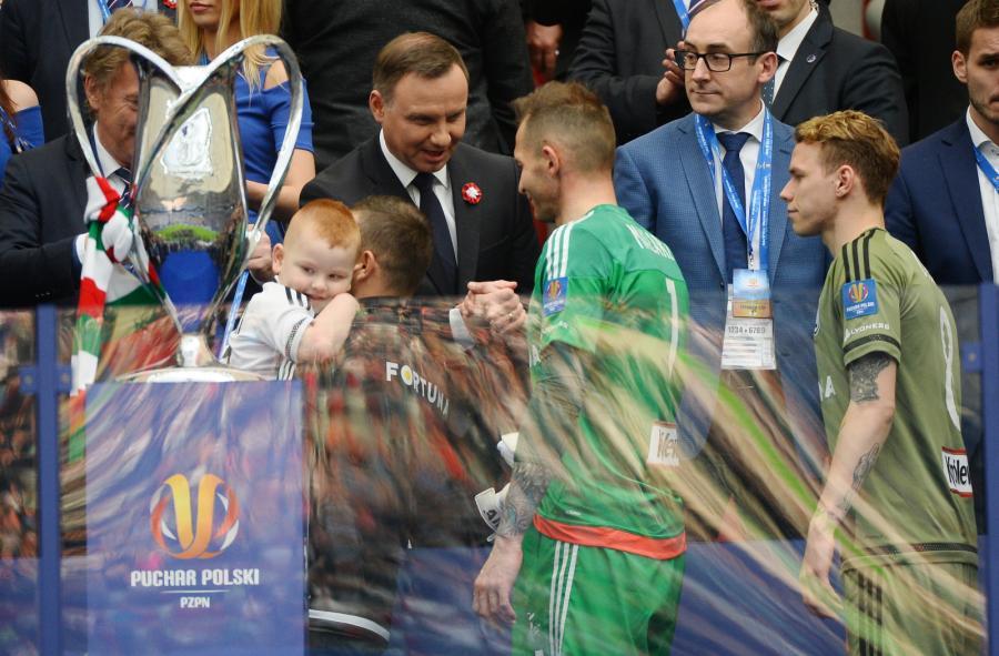 Prezydent RP Andrzej Duda (C-L) składa gratulacje bramkarzowi Legii Warszawa Arkadiuszowi Malarzowi (C-P), po zakończonym meczu finałowym piłkarskiego Pucharu Polski