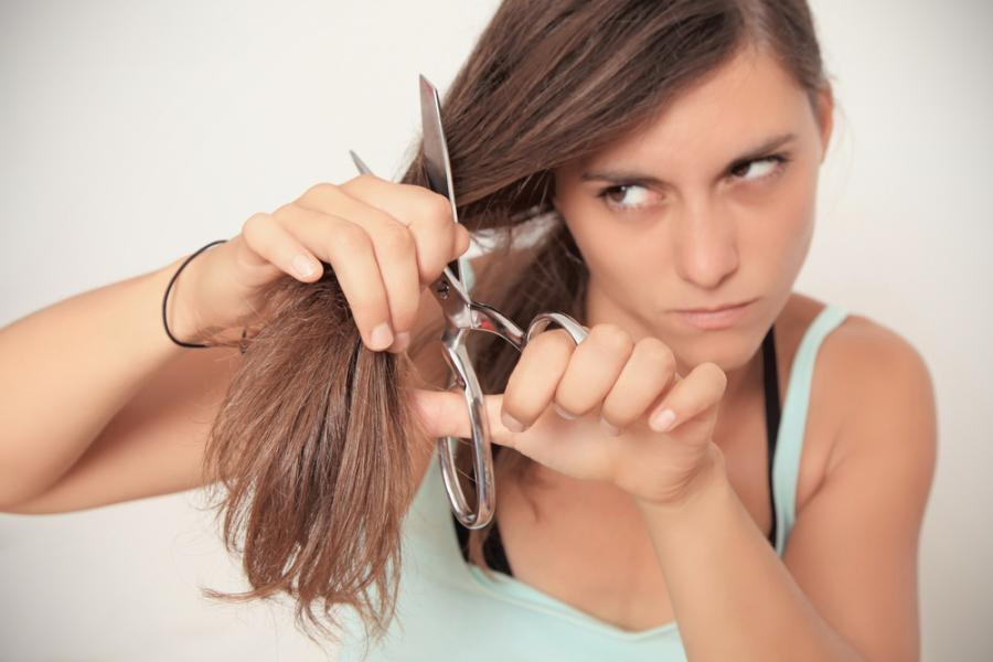 Kobieta obcinająca włosy