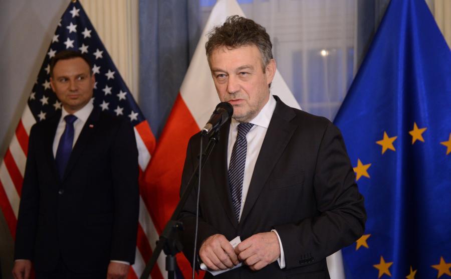 Prezydent RP Andrzej Duda i ambasador Polski w USA Ryszard Schnepf podczas spotkania z przedstawicielami Polonii amerykańskiej w siedzibie ambasady Polski w Waszyngtonie