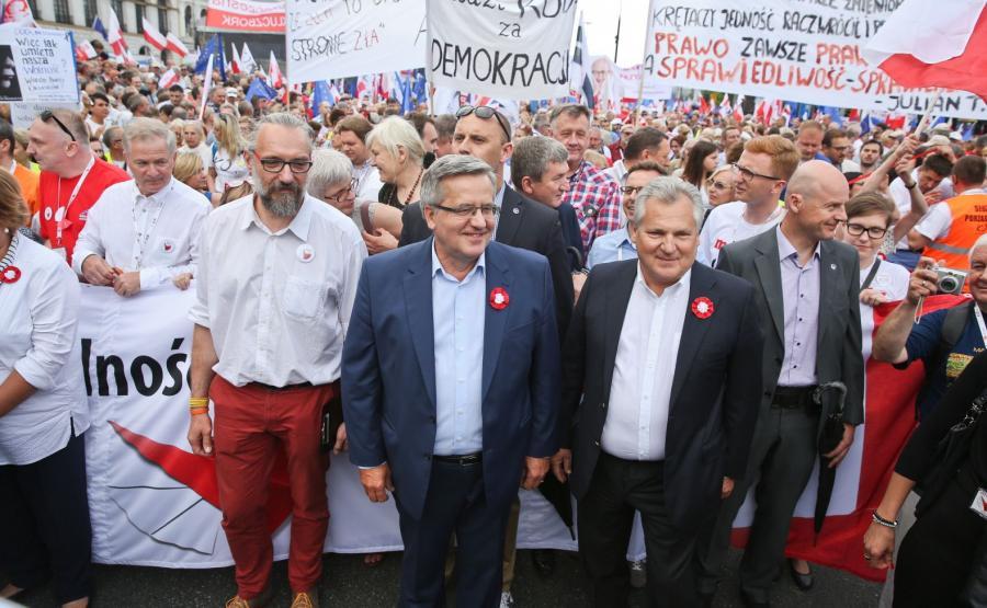 Lider KOD Mateusz Kijowski oraz byli prezydenci Bronisław Komorowski i Aleksander Kwaśniewski uczestniczą w marszu KOD