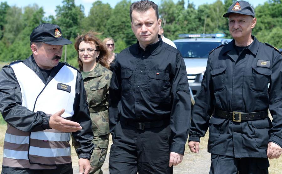 Mariusz Błaszczak (w środku)