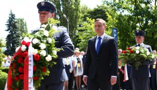 Andrzej Duda składa kwiaty