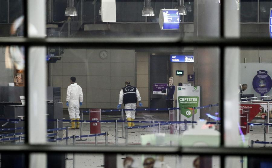 Terroryści wysadzili się przed terminalem