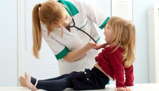 Lekarz bada dziewczynkę