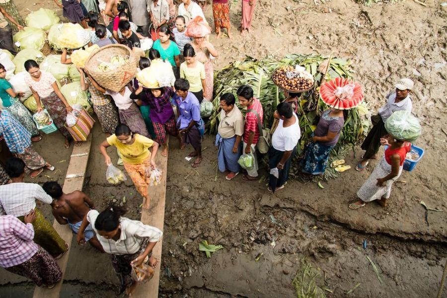 Przystanek w drodze promem do Bagan, Birma; fot. T. Bogusz / Pirania na kolację