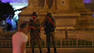 Tureccy żołnierze na Placu Taksim w Stambule