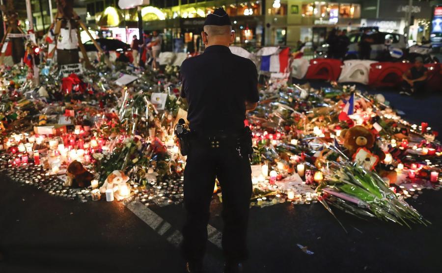 Policjant na miejscu zamachu w Nicei