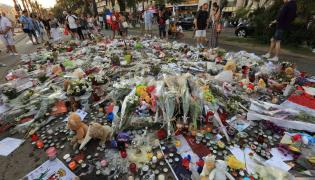 Kwiaty w hołdzie ofiarom zamachu w Nicei
