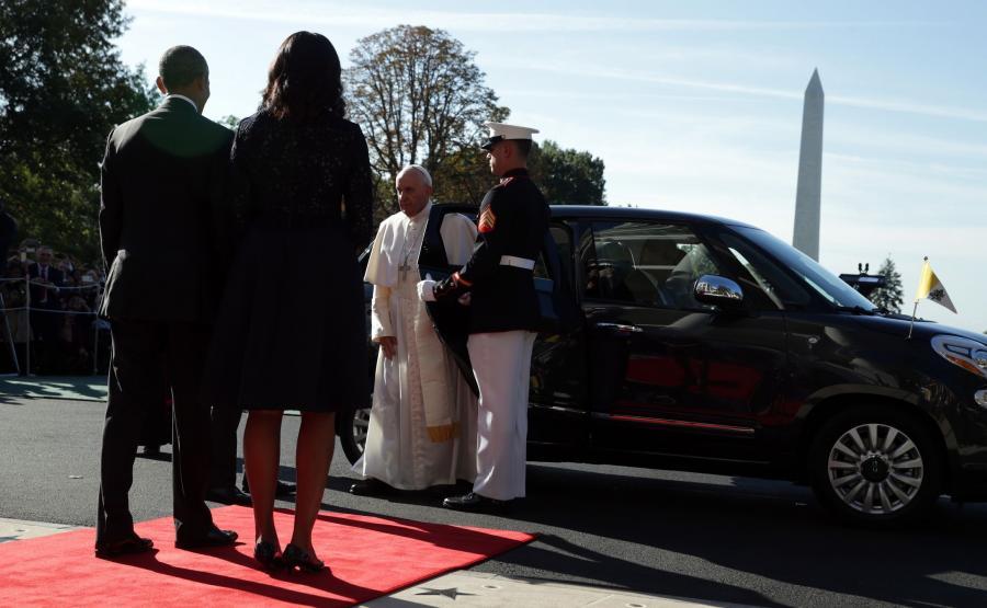 Prezydent USA Barack Obama wraz z żoną Michelle wita papieża Franciszka