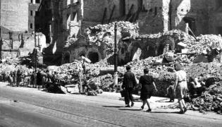 Usuwanie gruzu z ulicy w Warszawie, 1946 rok
