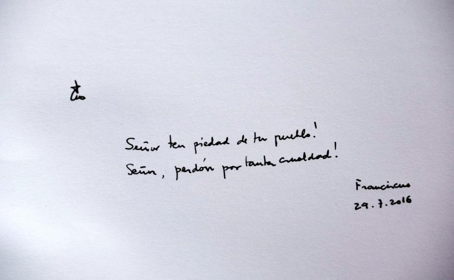Wpis papieża Franciszka w księdze pamiątkowej w Muzeum Auschwitz