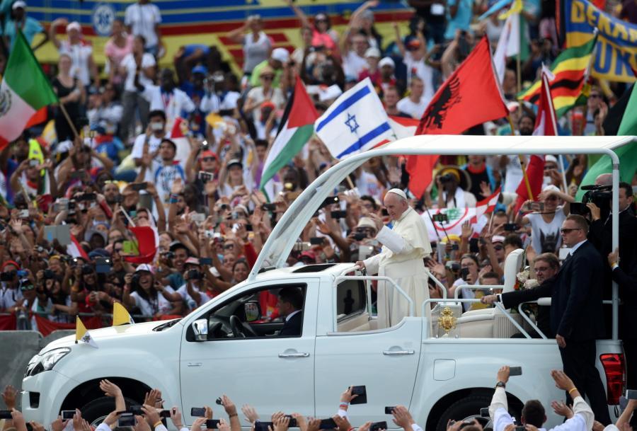 Papież Franciszek wśród wiernych w Brzegach