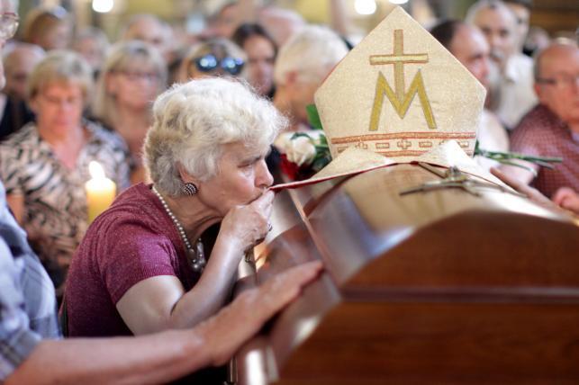 Ludzie zgromadzeni przy trumnie z ciałem kard. Franciszka Macharskiego w bazylice św. Franciszka z Asyżu przy pl. Wszystkich Świętych