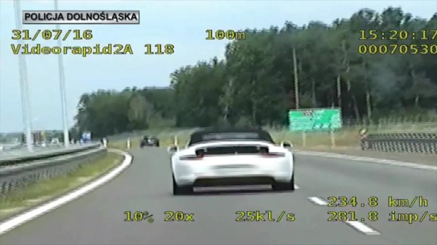 Pędził Porsche ponad 250 km/h, ale policji nie uciekł. Teraz odpowie przed sądem