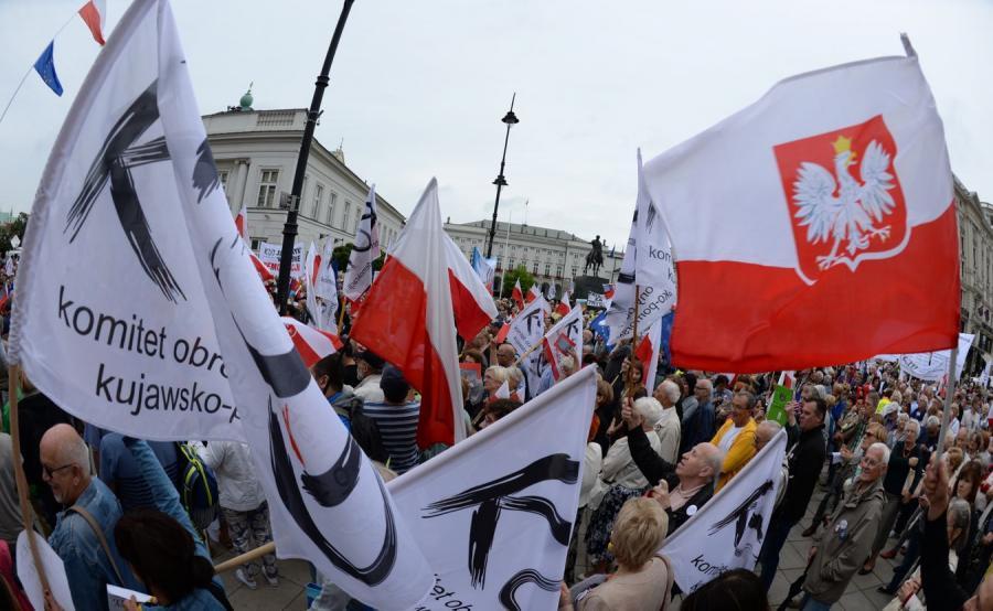 Demonstracja KOD przed Pałacem Prezydenckim