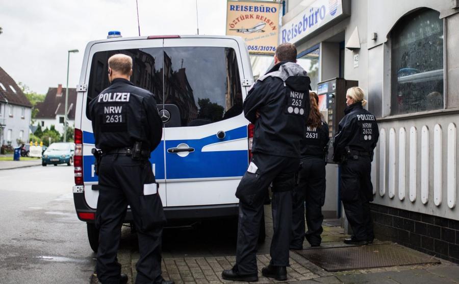 Policja przed tureckim biurem podróży w Duisburgu