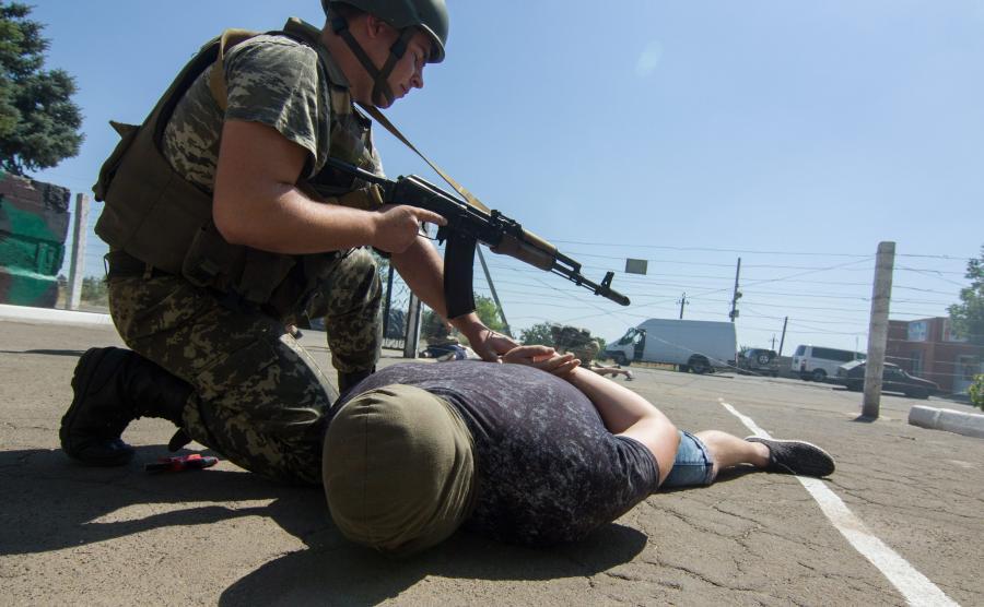 Ukraiński żołnierz w trakcie ćwiczeń w wiosce Jałta około 35 kilometrów od Mariupola na wschodzie Ukrainy