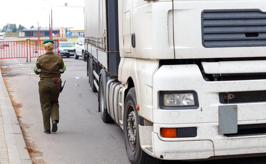 Strażniczka na polsko-białoruskim przejściu granicznym