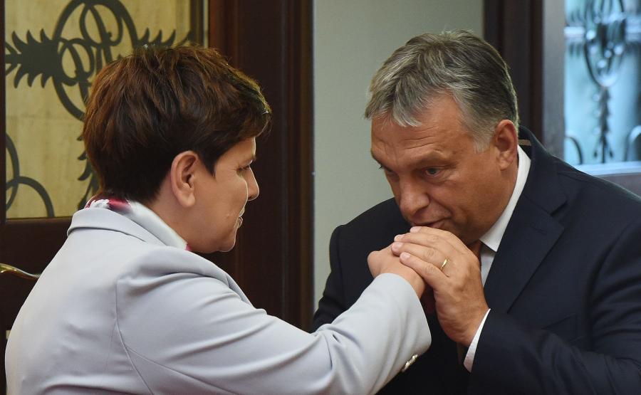 Viktor Orban wita się z Beatą Szydło