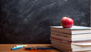 Tablica szkolna i książki