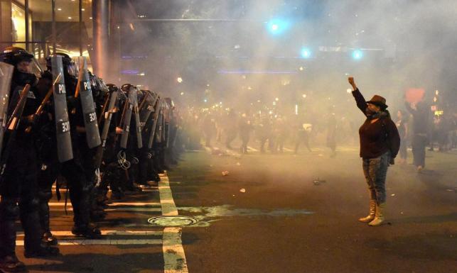 Ogień na ulicach, splądrowane sklepy i stan wyjątkowy. Zamieszki w Charlotte po śmierci Afroamerykanina. ZDJĘCIA