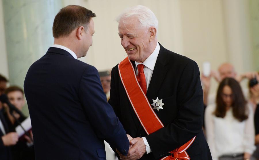 Prezydent Andrzej Duda (L) i Krzysztof Wyszkowski (P), który otrzymuje Krzyż Wielki Orderu Odrodzenia Polski