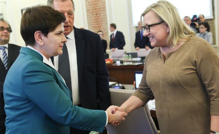 Premier Beata Szydło (L) i szefowa Kancelarii Prezesa Rady Ministrów Beata Kempa (P) przed posiedzeniem rządu