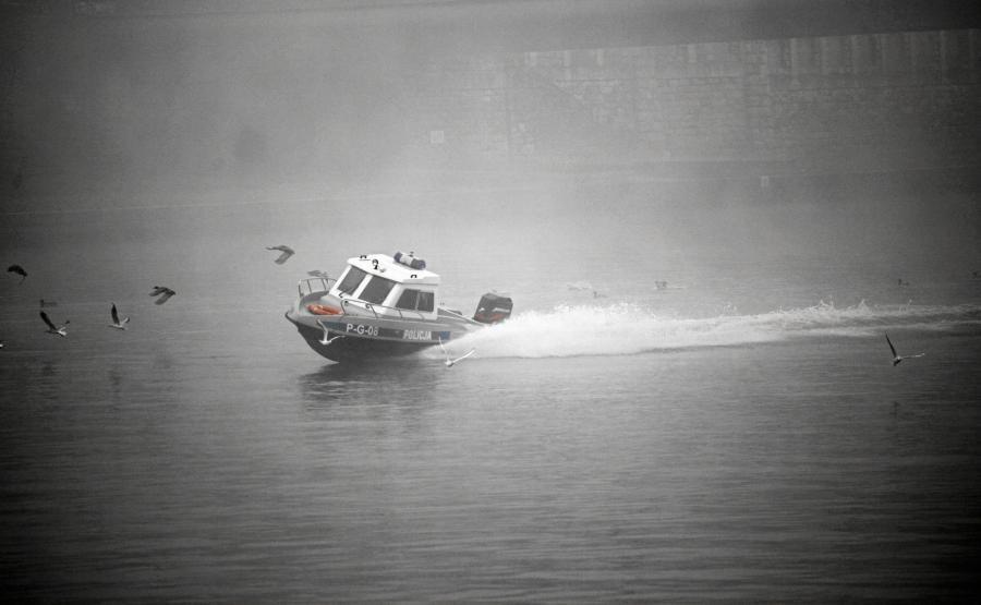 Policyjna motorówka na Wiśle, pod Mostem Piłsudskego w Krakowie