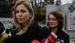 Bożena Przyłuska (L) i Agata Czarnecka (P) podczas konferencji prasowej w Warszawie przed Sejmem