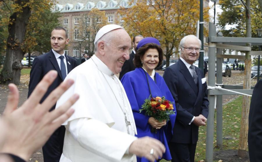 Papież Franciszek złożył kurtuazyjną wizytę szwedzkiej parze królewskiej, Karolowi XVI Gustawowi i królowej Sylwii