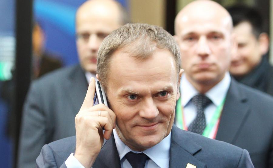 Donald Tusk z telefonem komórkowym
